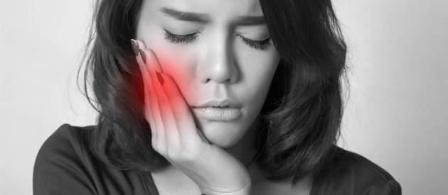 Žena s bolesťou zubov