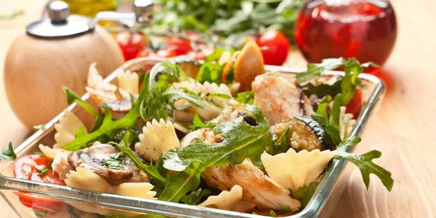 Výsledok vyhľadávania obrázkov pre dopyt Zeleninový šalát s cestovinami a kuracím mäsom