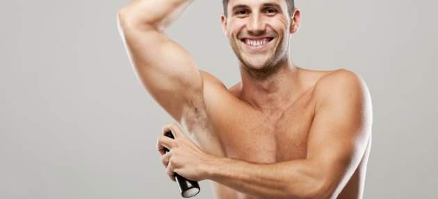 Muž s deodorantom