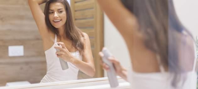 Žena s deodorantom