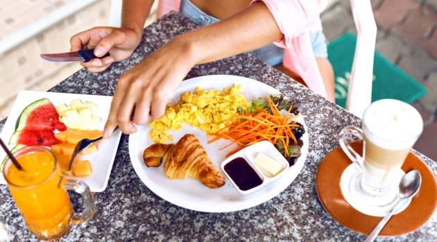 Stôl s jedlom