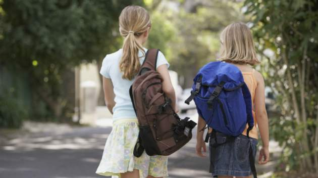 Deti so školskou taškou