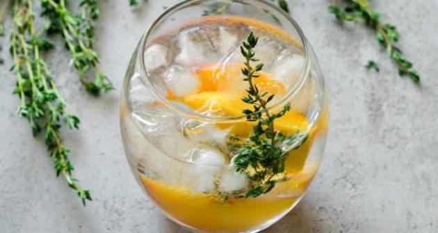 Broskyňovo-tymiánový ľadový čaj
