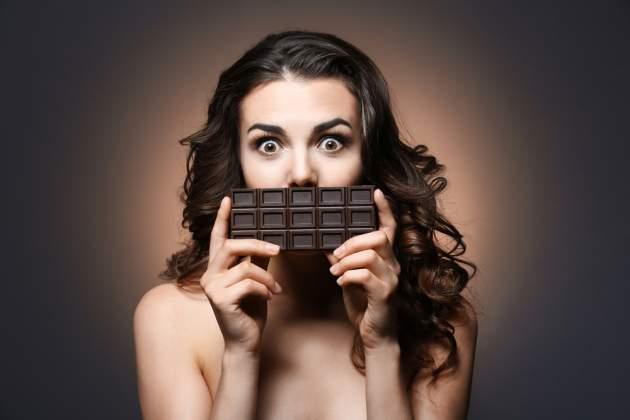 Žena s čokoládou