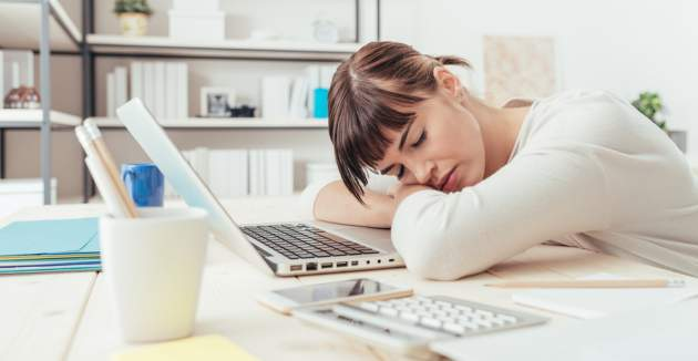 Unavená žena v práci