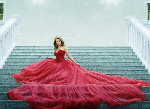 Žena v červených šatách