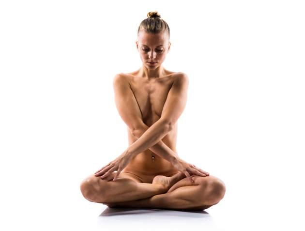Nahá žena cvičí jogu