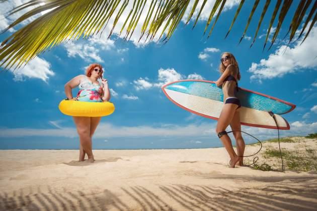 Chudá a obézna žena na pláži