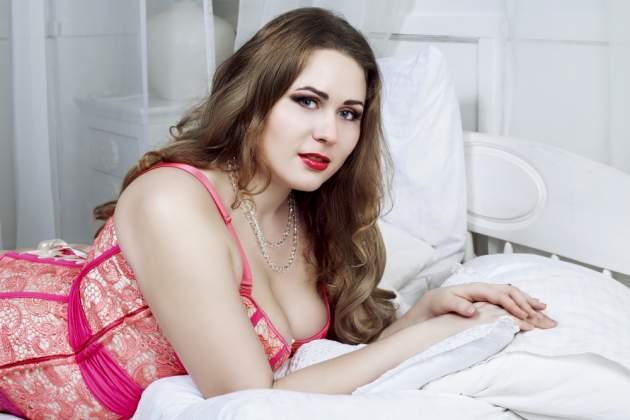 Žena s nadváhou v spálni
