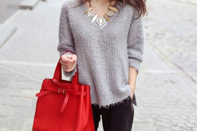 Žena s červenou kabelkou