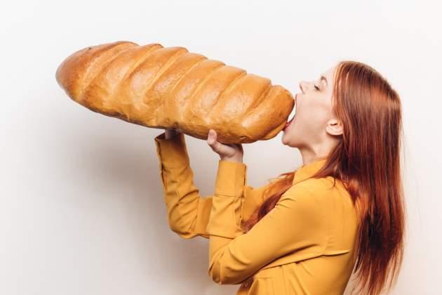 Žena s obrovským chlebom