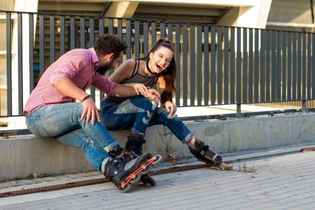 Muž a žena na kolieskových korčuliach
