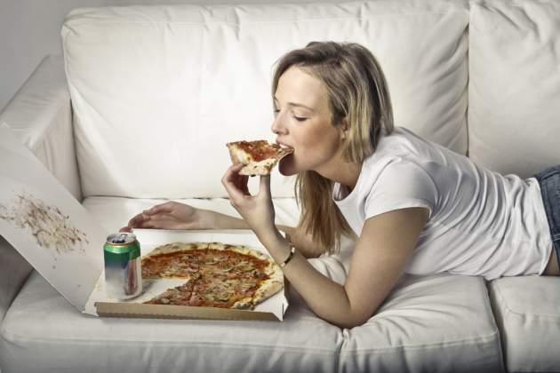 Žena na guači s pizzou
