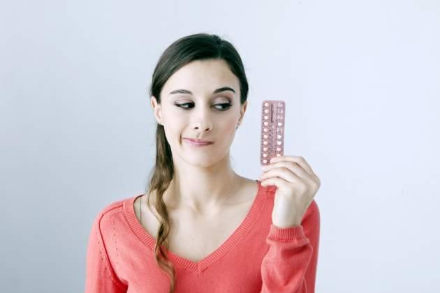 Žena s antikoncepciou v ruke