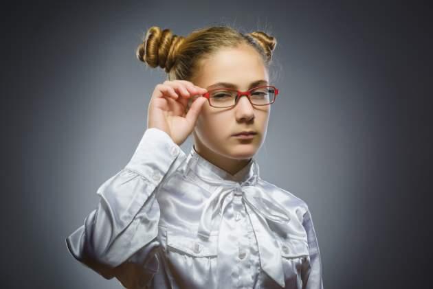 Mladá žena s okuliarmi