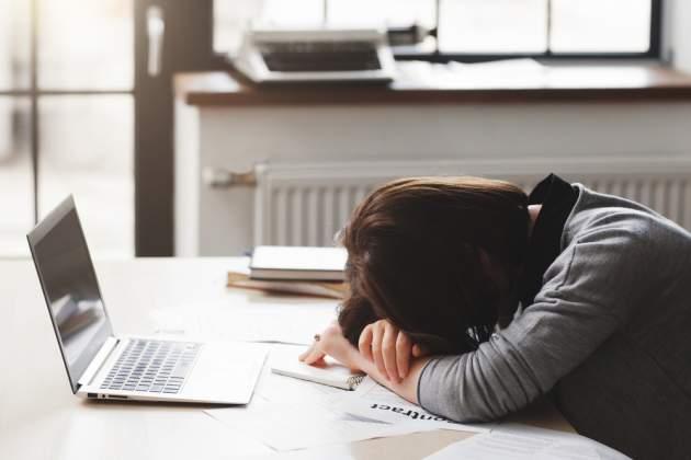 Unavená žena za počítačom