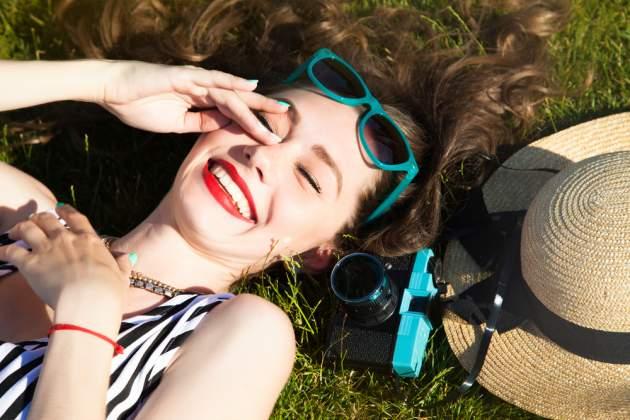 Žena so slnečnými okuliarmi