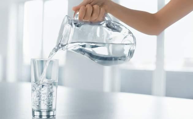 džbán a pohár s vodou