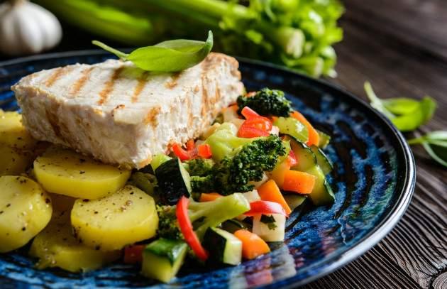 Tuniak s dusenou zeleninou a zemiakmi