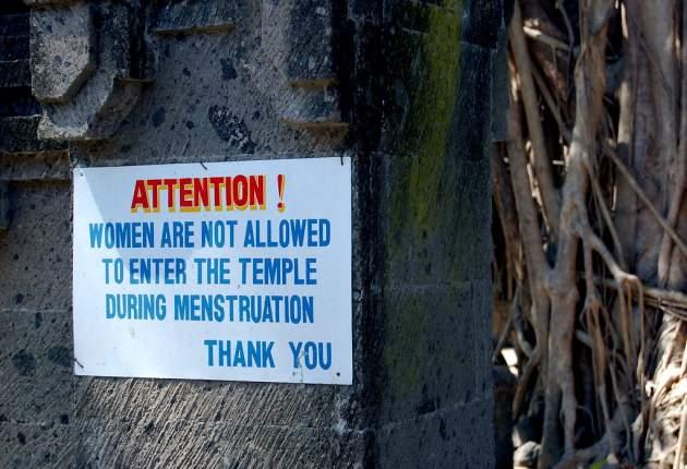 upozornenie pred chrámom