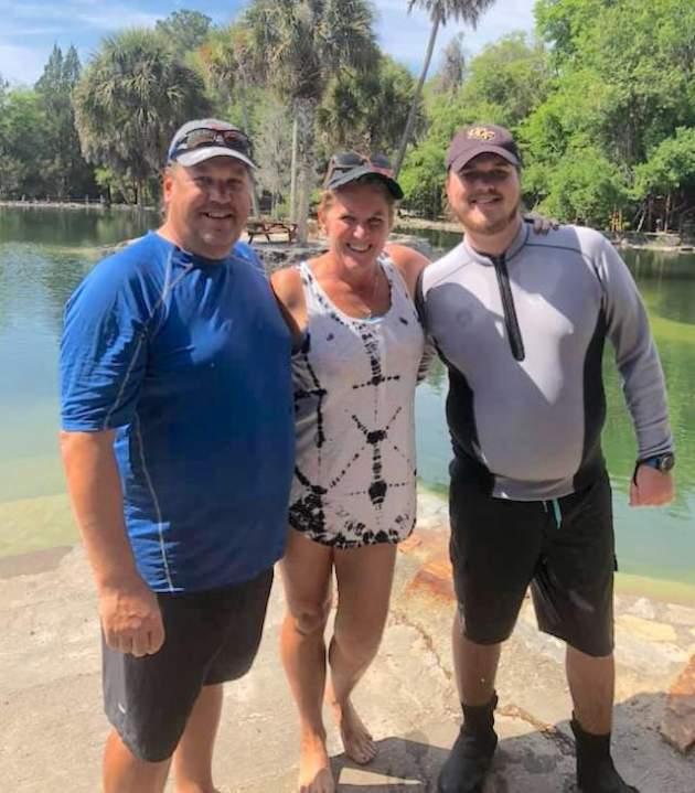 Otec David Lawrence so synom Davidom a Lindy Leggett, inštruktorkou potápania