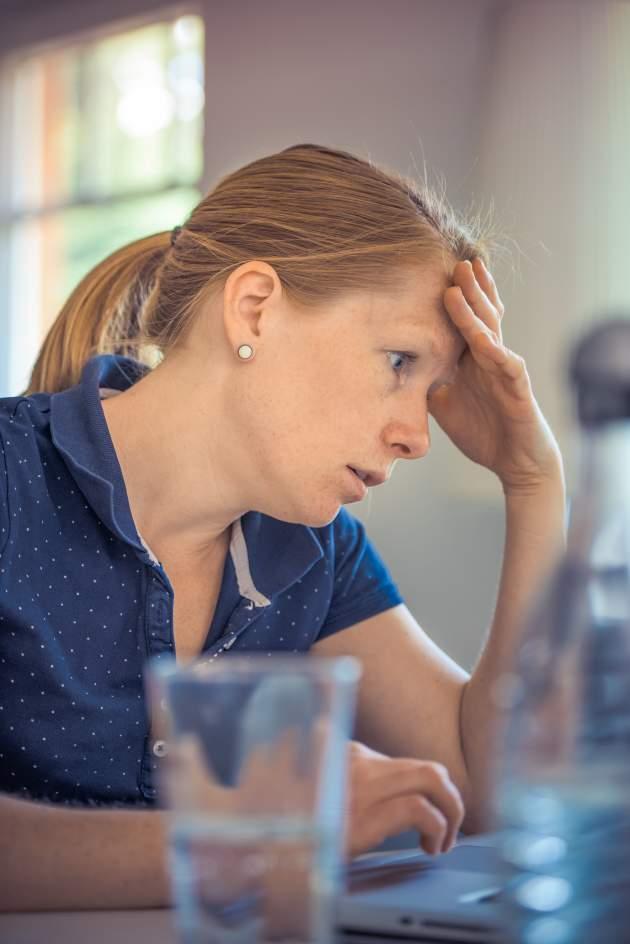 žena s bolesťou hlavy