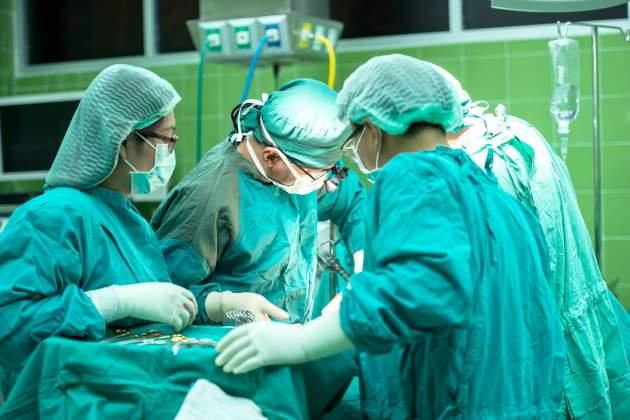 lekári na operačnej sále