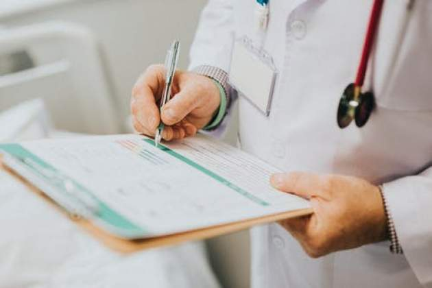 lekár vypisuje kartu pacienta