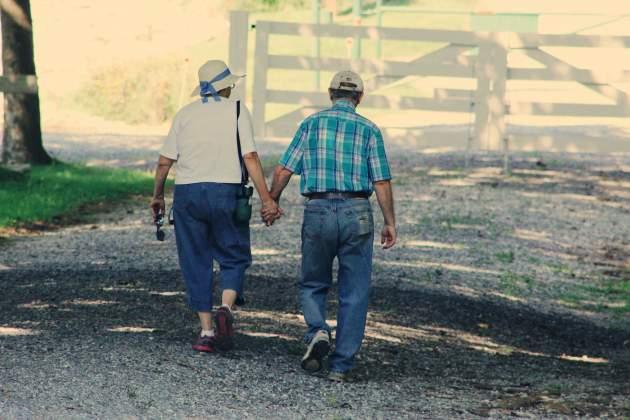 starší pár kráčajúci