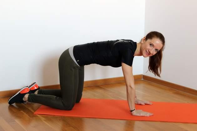 cvik proti osteoporóze - Vzpor kľačmo so stiahnutím svalov