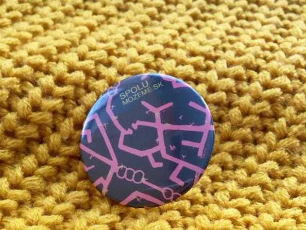 odznak podľa grafiky mladej výtvarníčky so sklerózou multiplex