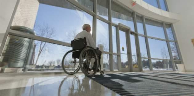 Starší pán na vozíčku