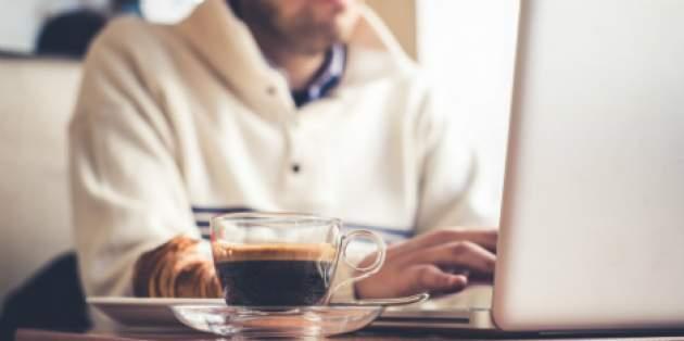 Káva pri notebooku