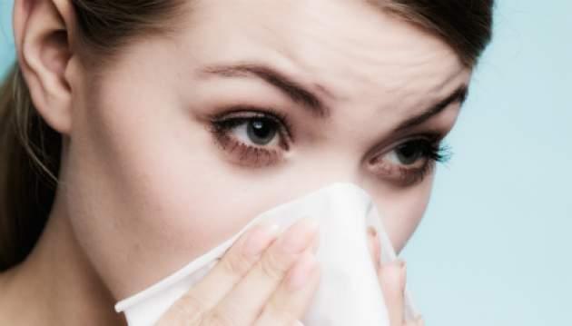 Žena s alergiou