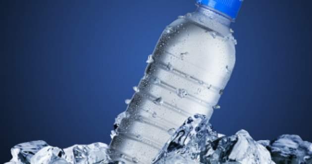 zmrazená voda vo fľaši