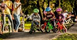 Naučte dieťa držať stabilitu pomocou odrážadla alebo kolieskových korčúľ