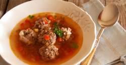 Tip na jedlo medzi sviatkami: polievka z červenej repy s mäsovými guľkami