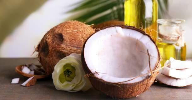 Zázračný kokosový olej na vlasy: podporí ich rast, pevnosť a zbaví lupín