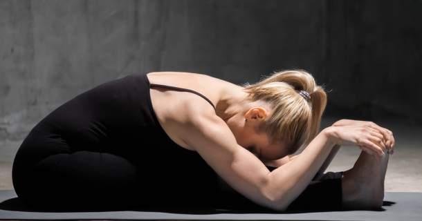Zbavte sa tráviacich ťažkostí z hodovania pomocou jogy
