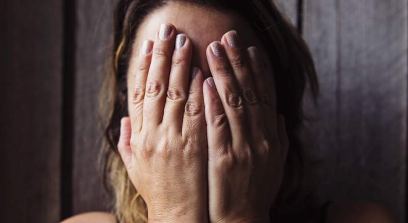 Domáce násilie počas karantény: Ženy vo Francúzsku hľadajú pomoc v lekárňach, používajú šifry, aby unikli násilníkom