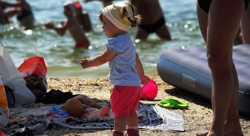 Rakovinu kože môžu do veľkej miery ovplyvniť rodičia,  až 50 % celoživotnej dávky UV-žiarenia dostávame pre pred 18. rokom. Toto je 7 príznakov začínajúceho melanómu!